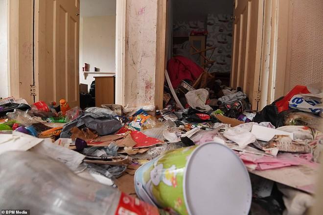 Cho bà mẹ 4 con thuê nhà trong 5 năm, chủ trọ buồn nôn khi nhìn thấy rác chất thành núi trong nhà, còn tốn hàng chục triệu để khắc phục - ảnh 9