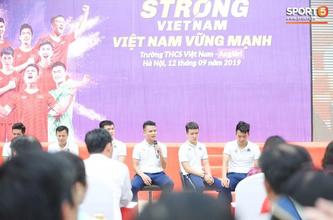 Quang Hải, Tiến Dũng đeo mặt nạ Trung thu, cầm đèn ông sao giao lưu cùng học sinh cấp 2 - ảnh 7
