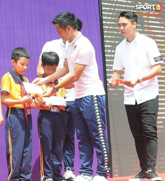 Quang Hải, Tiến Dũng đeo mặt nạ Trung thu, cầm đèn ông sao giao lưu cùng học sinh cấp 2 - ảnh 13