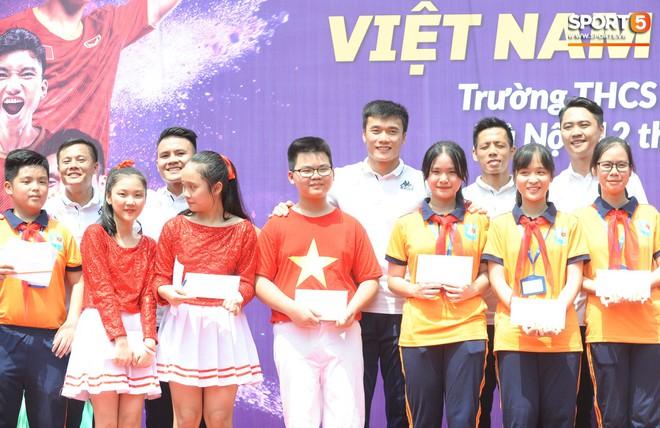 Quang Hải, Tiến Dũng đeo mặt nạ Trung thu, cầm đèn ông sao giao lưu cùng học sinh cấp 2 - ảnh 15