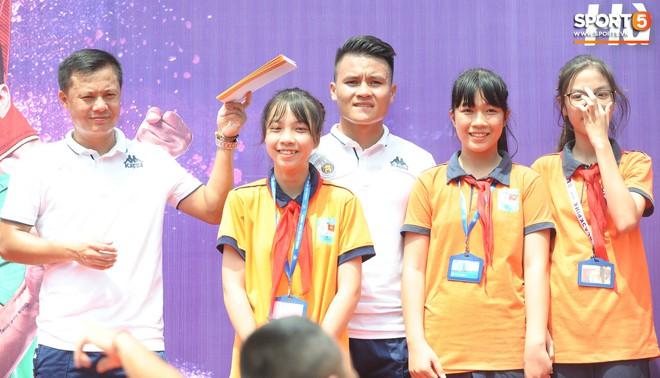 Quang Hải, Tiến Dũng đeo mặt nạ Trung thu, cầm đèn ông sao giao lưu cùng học sinh cấp 2 - ảnh 14