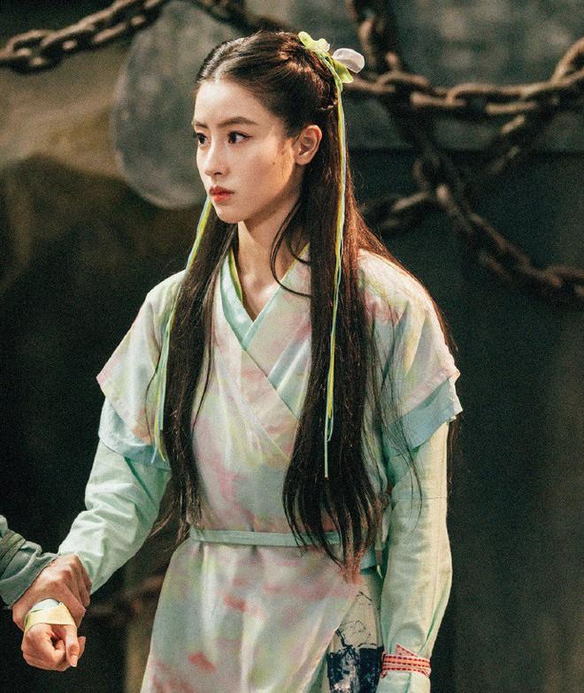 """Đóng Tiểu Long Nữ chưa xong, Mao Hiểu Tuệ lại """"cosplay"""" vai khác Lưu Diệc Phi khiến người xem không ngỏi ngỡ ngàng! - ảnh 1"""