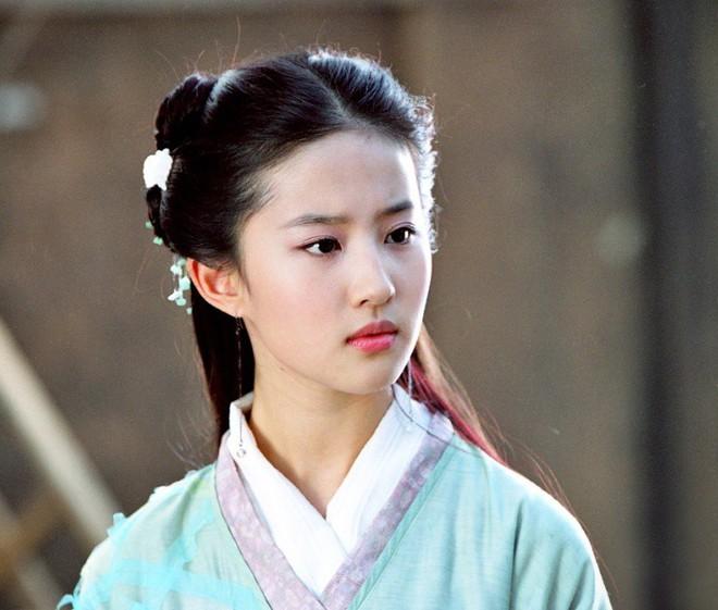 """Đóng Tiểu Long Nữ chưa xong, Mao Hiểu Tuệ lại """"cosplay"""" vai khác Lưu Diệc Phi khiến người xem không ngỏi ngỡ ngàng! - ảnh 6"""