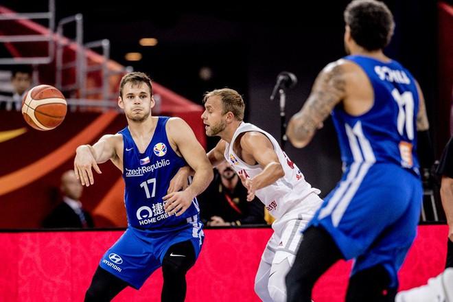 'Thả nhẹ' 13 quả 3 điểm, Cộng hòa Czech cho đối thủ hít khói tại giải bóng rổ danh giá nhất thế giới - ảnh 1
