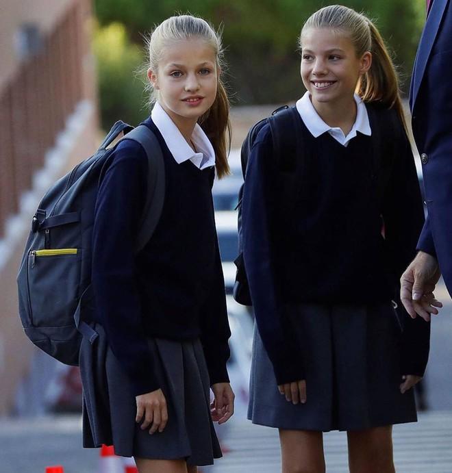 2 công chúa Tây Ban Nha nổi bật với đồng phục siêu xinh lại còn khiến dân tình tan chảy bởi nhan sắc thiên thần - ảnh 3