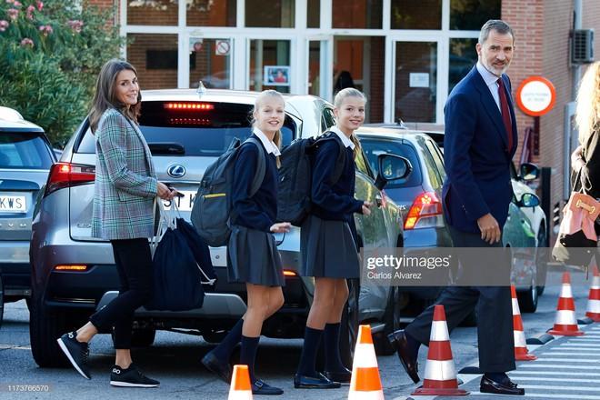2 công chúa Tây Ban Nha nổi bật với đồng phục siêu xinh lại còn khiến dân tình tan chảy bởi nhan sắc thiên thần - ảnh 5