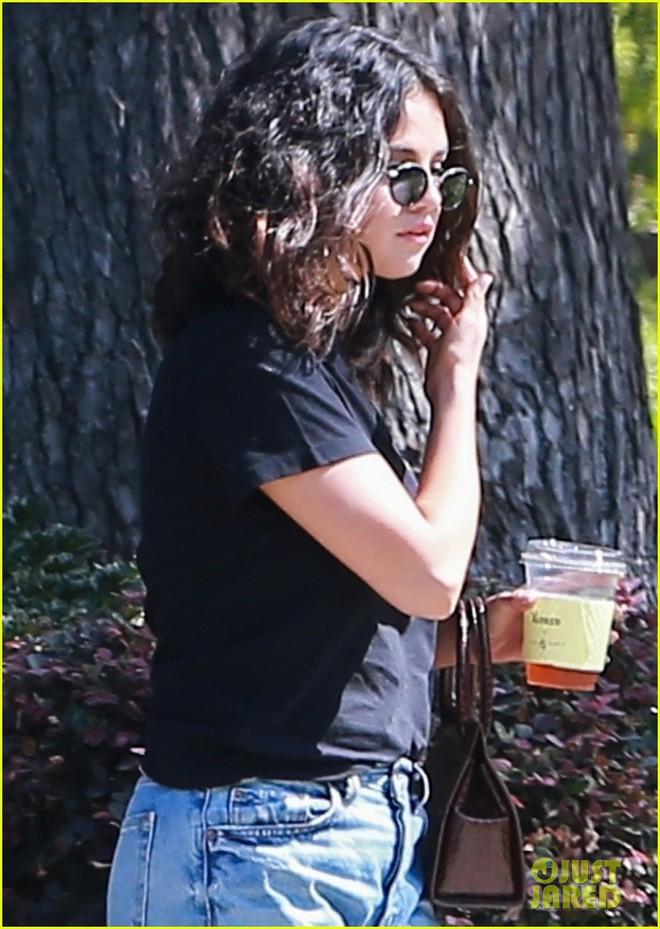 Trang điểm sương sương dạo phố, Selena Gomez được khen xinh bất chấp body kém chuẩn, góc nghiêng đặc biệt gây chú ý - ảnh 3