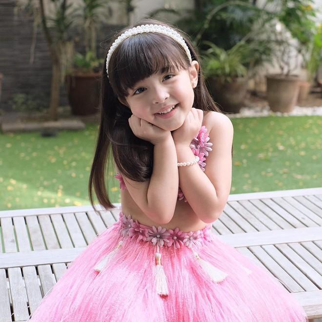 Có ai như con gái mỹ nhân đẹp nhất Philippines, diện váy Hawaii cũng gây bão mạnh vì xinh xuất sắc như công chúa - Ảnh 1.
