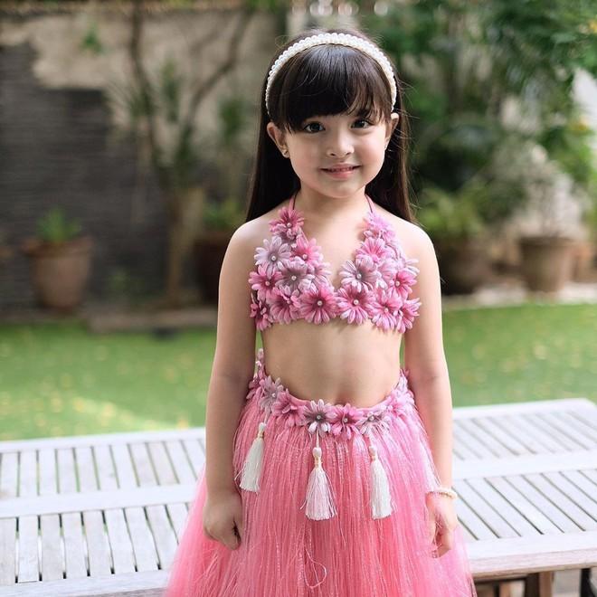 Có ai như con gái mỹ nhân đẹp nhất Philippines, diện váy Hawaii cũng gây bão mạnh vì xinh xuất sắc như công chúa - Ảnh 2.