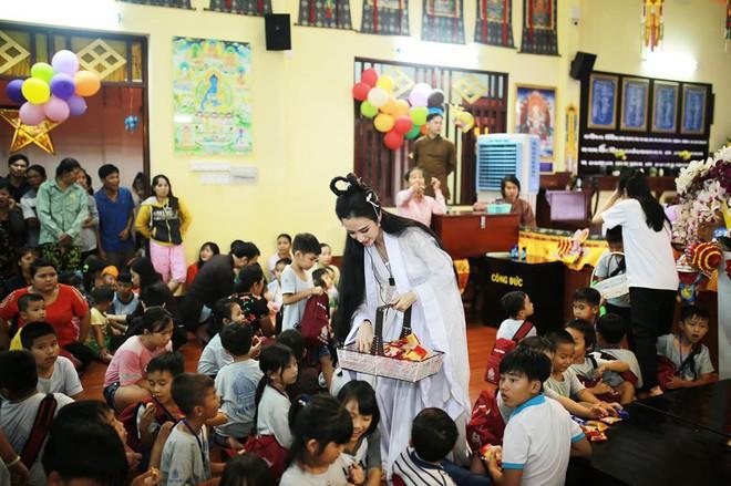 Sao Việt đêm Trung Thu: Angela Phương Trinh hóa chị Hằng vui Tết bên trẻ nghèo, Bảo Thanh, Lê Phương đoàn tụ gia đình - ảnh 1