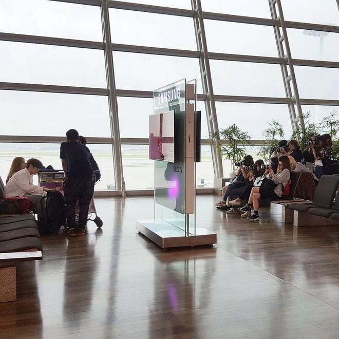 Bị fan chèn bẹp ngoài sân bay chưa là gì, nhìn cảnh tượng idol Kpop phải đối mặt bên trong mới rùng mình - Ảnh 5.