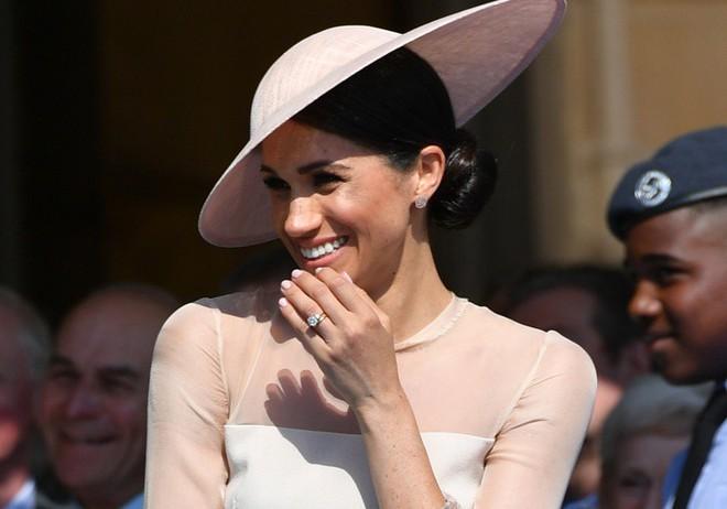 8 lần những quy tắc vàng của Hoàng gia Anh bị cặp đôi nổi loạn Harry và Meghan phá vỡ - ảnh 1