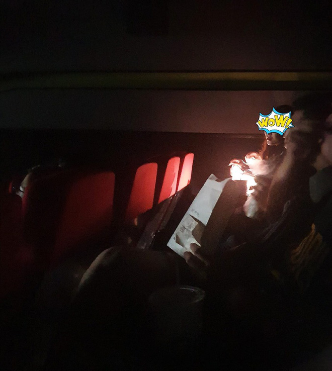 Hai girl xinh đi xem phim bật đèn điện thoại make up, bàn tán rôm rả: Ủa vậy sao không ở nhà cho rồi? - ảnh 1