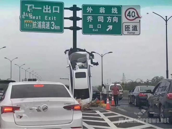 Nữ tài xế mất lái rồi đâm ô tô dựng đứng ở cột biển báo, dân mạng ngán ngẩm: Bán xăng phụ nữ là một tội ác! - ảnh 1