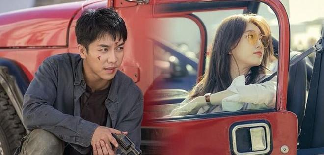 Cùng cảnh chiếc khăn gió lạnh: Song Hye Kyo gặp đức lang quân, Suzy (Vagabond) rơi vào tầm bắn! - ảnh 1