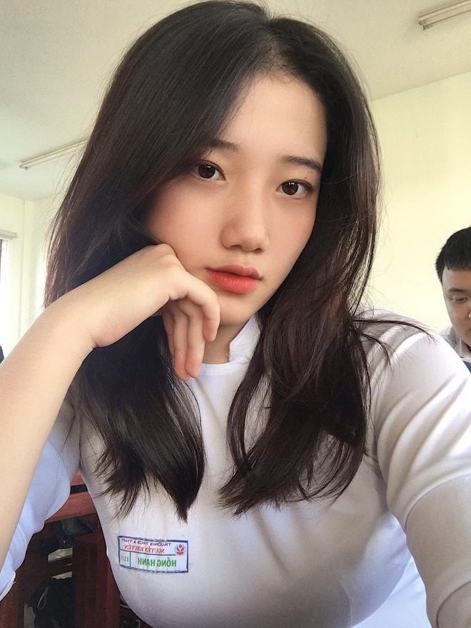 Hotgirl áo dài Đà Nẵng gây sốt bởi  góc nghiêng cực giống Suzy, sở hữu hơn 60k follow Instagram và hàng chục clip triệu view - ảnh 1