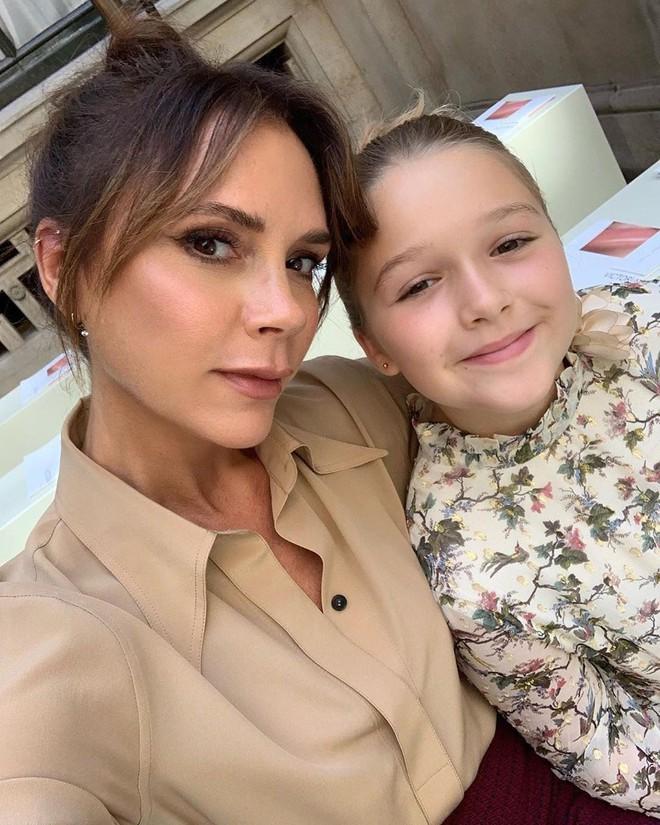 Ngồi chễm chệ trên hàng ghế đầu sát Tổng biên tập Vogue Anna Wintour, bé Harper chiếm trọn spotlight trong show của mẹ Vic - ảnh 3