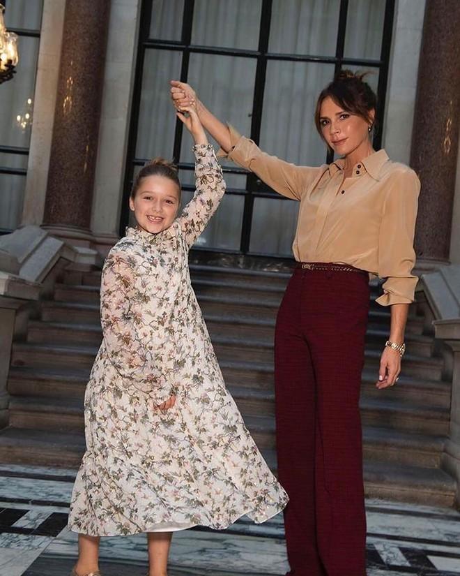 Ngồi chễm chệ trên hàng ghế đầu sát Tổng biên tập Vogue Anna Wintour, bé Harper chiếm trọn spotlight trong show của mẹ Vic - ảnh 6
