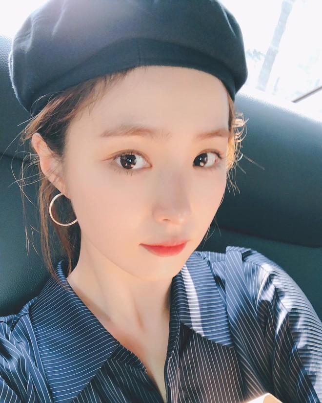 Có một kiểu áo sơ mi đang rất được lòng các sao nữ xứ Hàn: Diện lên trẻ trung, thu gọn vóc dáng và hơn thế nữa - ảnh 7