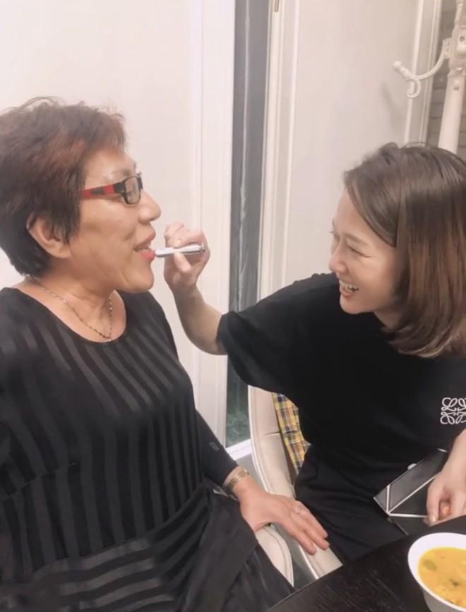 Ngày giỗ Kiều Nhậm Lương, Trần Kiều Ân sang nhà chăm sóc bố mẹ bạn thân khiến ai cũng cảm động trước tình bạn đẹp Cbiz - ảnh 4