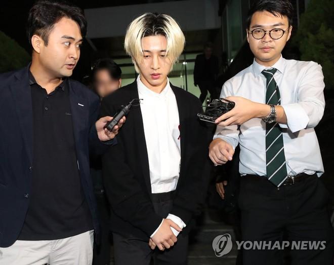 NÓNG: B.I (iKON) chính thức lộ diện sau 14 tiếng thẩm tra vì bê bối ma túy chấn động, không thể nhận ra nam thần xưa kia - ảnh 1