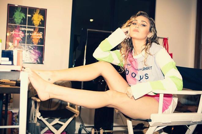 Ngỡ ngàng cuộc lột xác body ngoạn mục của Miley Cyrus trước và sau ly hôn: Khi không thuộc về ai là đỉnh nhất! - Ảnh 1.