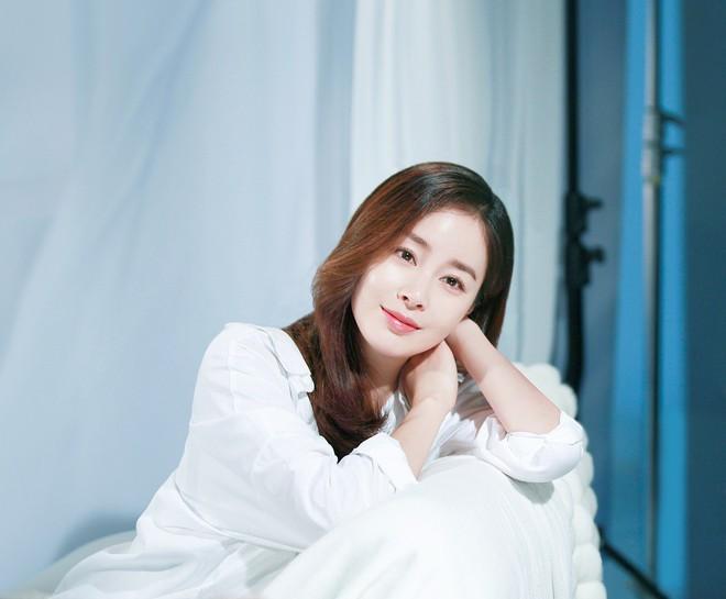 Bí quyết nào giúp Kim Tae Hee lúc nào cũng trẻ đẹp bất chấp tuổi tác? - ảnh 2