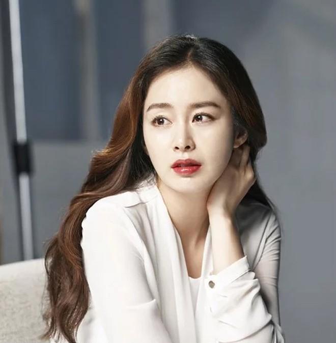 Bí quyết nào giúp Kim Tae Hee lúc nào cũng trẻ đẹp bất chấp tuổi tác? - ảnh 1