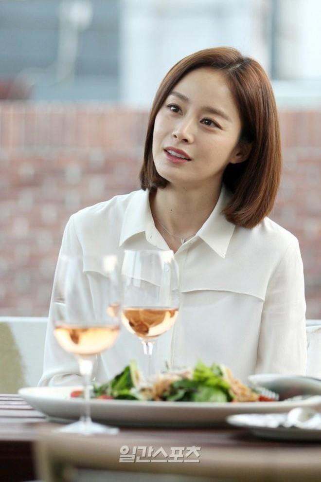 Bí quyết nào giúp Kim Tae Hee lúc nào cũng trẻ đẹp bất chấp tuổi tác? - ảnh 4