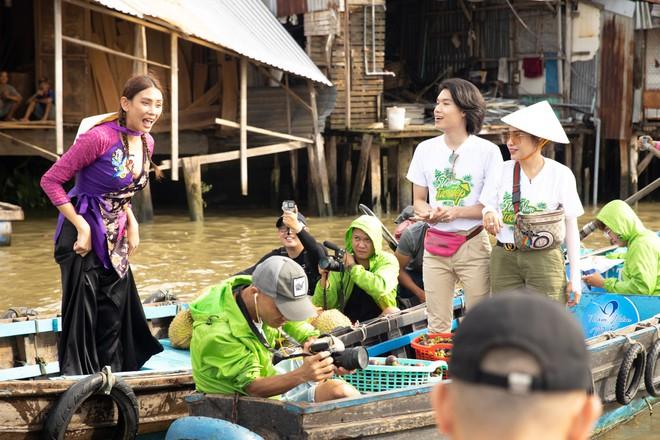 Võ Hoàng Yến mặc áo bà ba, rao bán trái cây giữa chợ nổi Cái Răng - ảnh 4