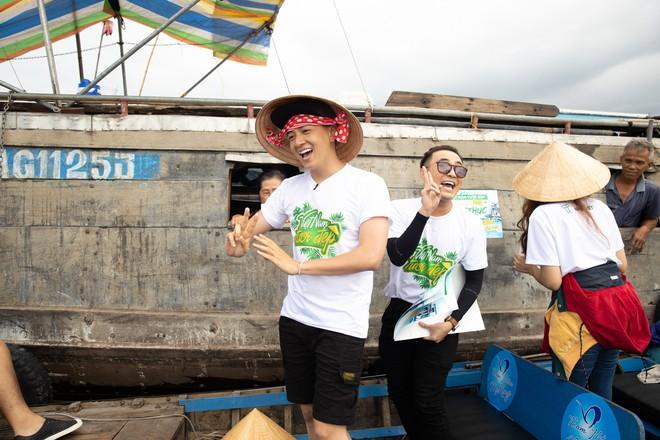 Võ Hoàng Yến mặc áo bà ba, rao bán trái cây giữa chợ nổi Cái Răng - ảnh 5