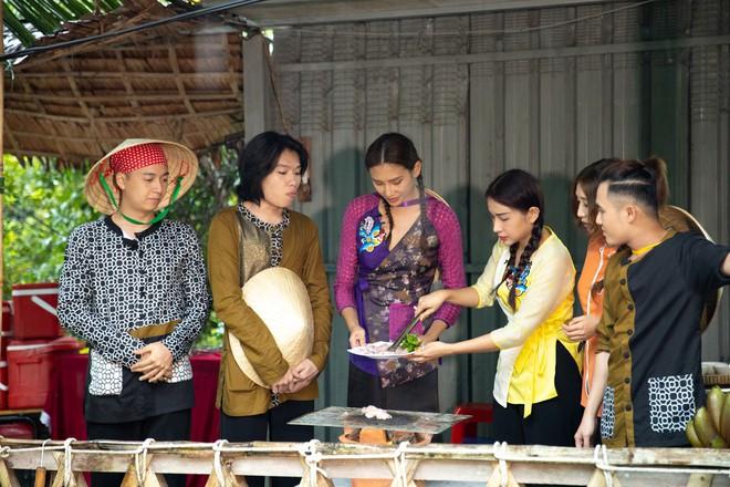 Võ Hoàng Yến mặc áo bà ba, rao bán trái cây giữa chợ nổi Cái Răng - ảnh 7