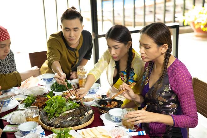 Võ Hoàng Yến mặc áo bà ba, rao bán trái cây giữa chợ nổi Cái Răng - ảnh 8