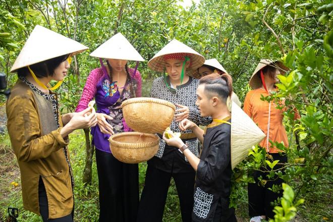 Võ Hoàng Yến mặc áo bà ba, rao bán trái cây giữa chợ nổi Cái Răng - ảnh 9