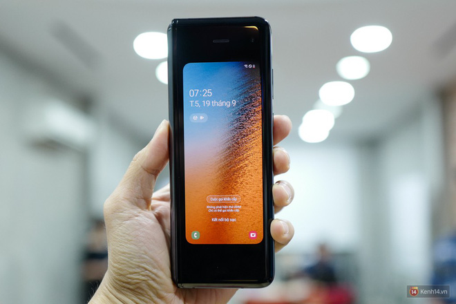 Siêu phẩm màn hình gập Galaxy Fold duy nhất của Việt Nam: Độ chảnh ăn đứt iPhone 11, nhưng giá thì trời ơi... - Ảnh 1.