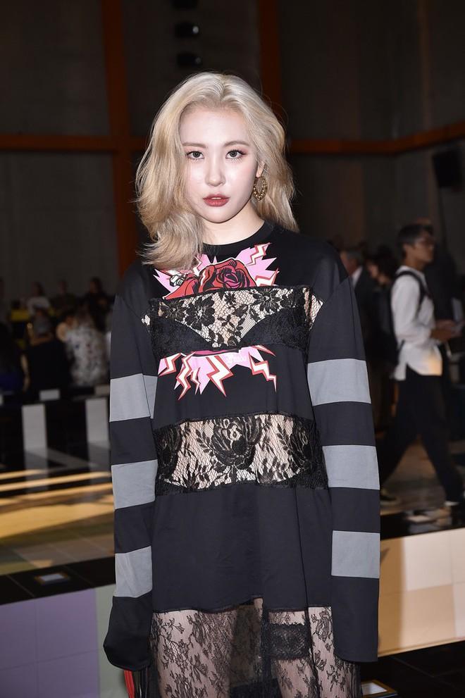 Đẳng cấp thời trang là gì? Là khi cùng diện hàng hiệu, Quan Hiểu Đồng khiến netizen chạy mất dép còn Sunmi lại thần thái bức người - ảnh 2