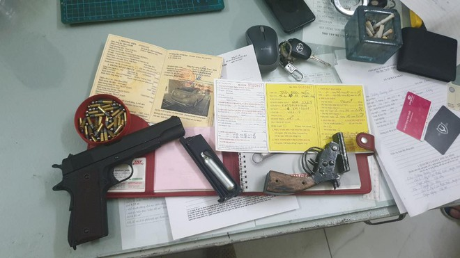 Bắt nhóm thanh niên dùng súng giải quyết mâu thuẫn tại quán cà phê  ở Sài Gòn - ảnh 3