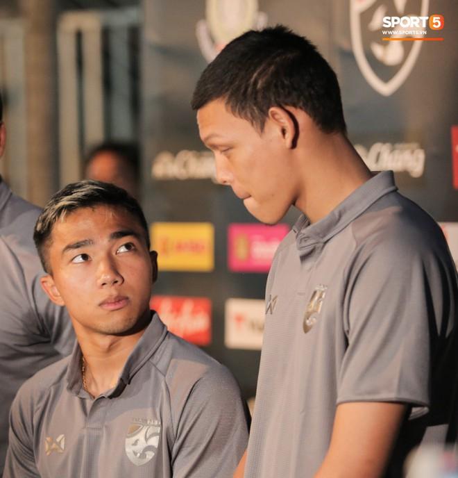 Sao số 1 tuyển Thái Lan biểu cảm khó đỡ, trêu chọc tiếng địa phương đàn em ngay trong cuộc phỏng vấn - ảnh 2