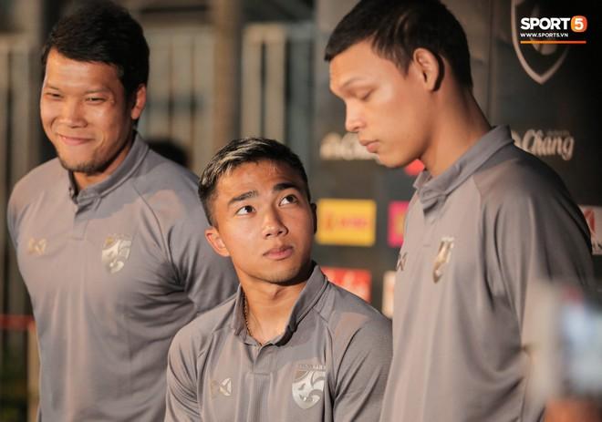 Sao số 1 tuyển Thái Lan biểu cảm khó đỡ, trêu chọc tiếng địa phương đàn em ngay trong cuộc phỏng vấn - ảnh 1