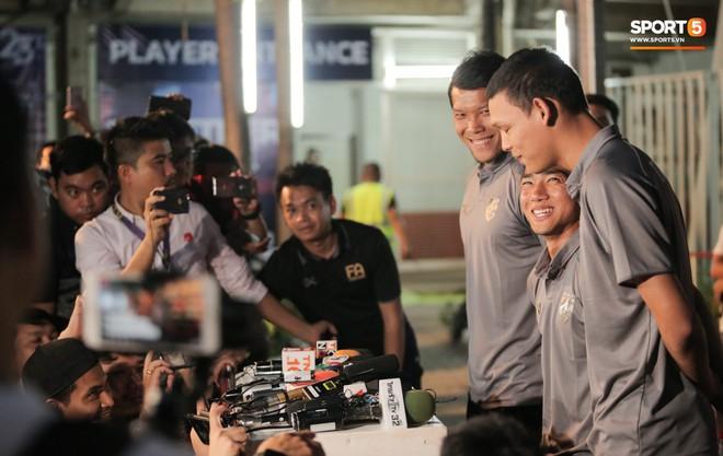 Sao số 1 tuyển Thái Lan biểu cảm khó đỡ, trêu chọc tiếng địa phương đàn em ngay trong cuộc phỏng vấn - ảnh 8