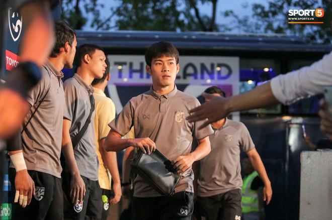 Sao số 1 tuyển Thái Lan biểu cảm khó đỡ, trêu chọc tiếng địa phương đàn em ngay trong cuộc phỏng vấn - ảnh 12