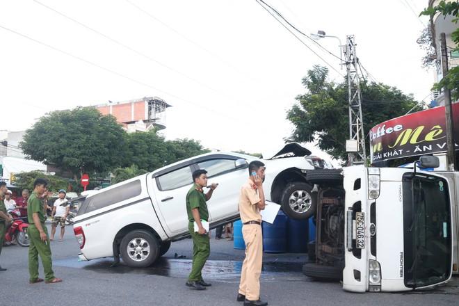 Tai nạn hy hữu: Xe bán tải đâm lật xe tải như phim hành động - ảnh 1