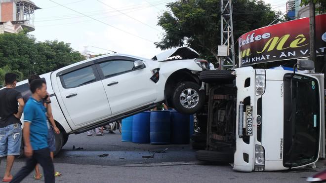 Tai nạn hy hữu: Xe bán tải đâm lật xe tải như phim hành động - ảnh 3