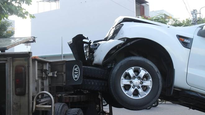 Tai nạn hy hữu: Xe bán tải đâm lật xe tải như phim hành động - ảnh 2