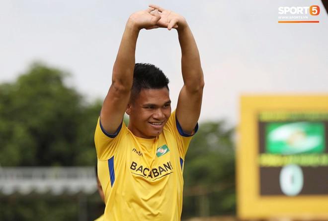 Chốt danh sách tuyển Việt Nam đấu Malaysia: Mạc Hồng Quân trở lại - Ảnh 1.