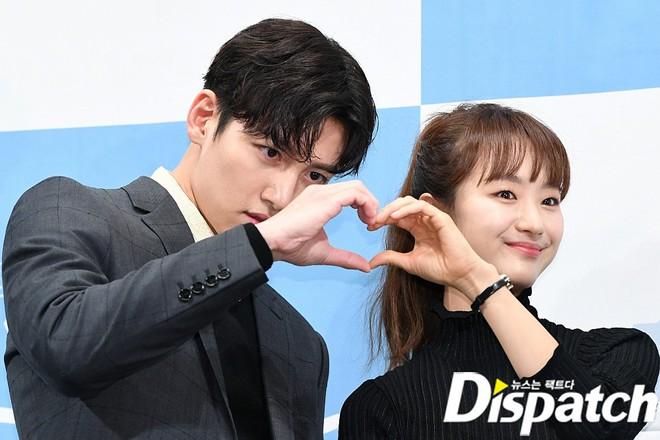 Ji Chang Wook chính thức comeback sau 2 năm, gây sốt vì vẻ soái cực phẩm và ánh mắt dành cho nữ chính tại sự kiện - ảnh 11