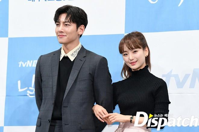 Ji Chang Wook chính thức comeback sau 2 năm, gây sốt vì vẻ soái cực phẩm và ánh mắt dành cho nữ chính tại sự kiện - ảnh 9
