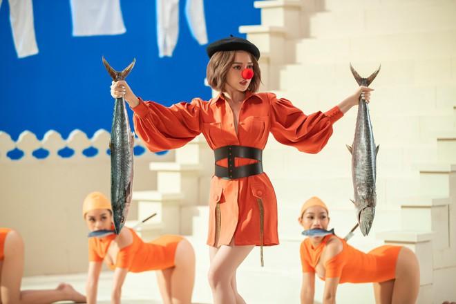 Giải mã loạt biểu tượng trong MV mới của Bảo Anh: Chú ngựa, những con cá, quả cam, dao sau lưng... bạn có bỏ sót ẩn ý nào không? - Ảnh 3.