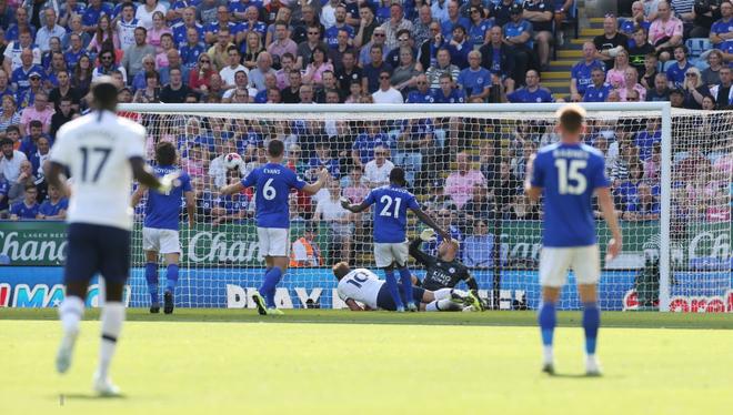 Son Heung-min tỏa sáng với cú đánh gót kiến tạo bàn mở tỷ số điệu nghệ, Tottenham vẫn thất bại trong trận cầu tràn ngập drama VAR - Ảnh 2.
