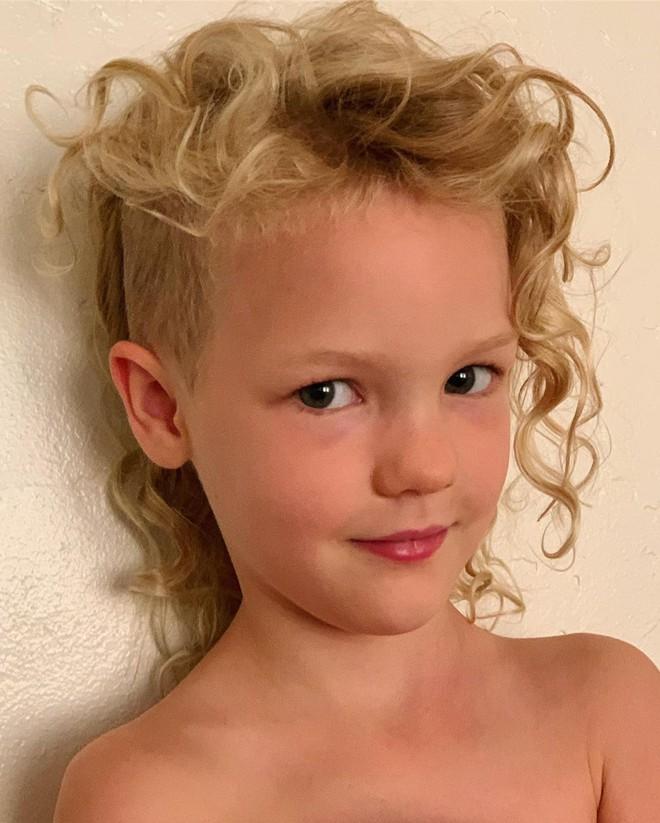 MXH dậy sóng vì clip cạo tóc nửa đầu của con gái tài tử nổi tiếng Hollywood, tiểu mỹ nhân thế hệ mới là đây! - ảnh 1